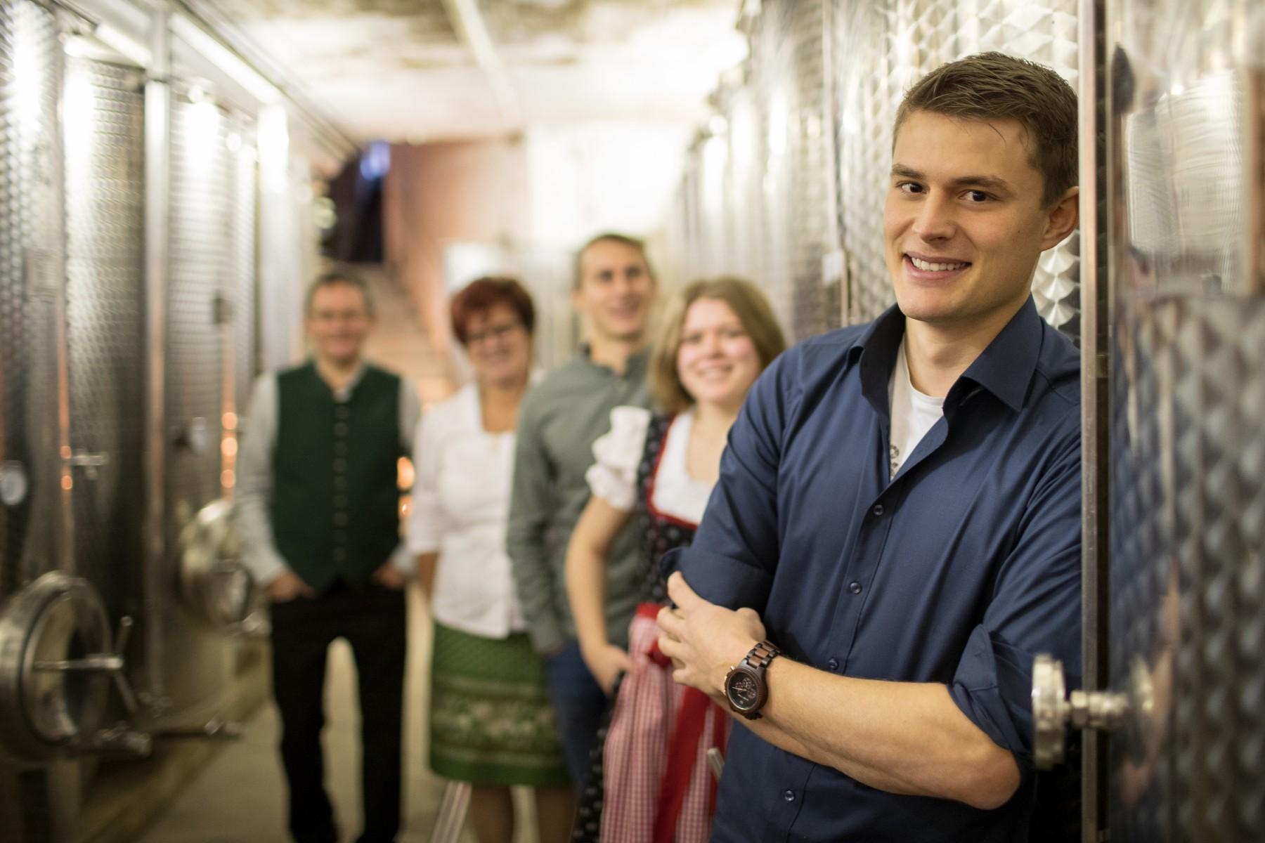 Familie Hütter im Weinkeller